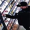 Два товарища придумали отличный, на их взгляд, план похищения конфет из магазина. Однако сотрудникам он не понравился (ВИДЕО)