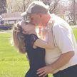 «Я выгляжу на 15»: 27-летнюю девушку принимают за внучку ее 54-летнего супруга