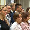 Студенты Гродненского университета имени Янки Купалы подарили икону из балтийского янтаря музею Дворца Независимости