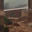 Град и сильное наводнение бушует в Калифорнии: сотни дорог затоплены