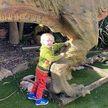 Мальчик попросил у папы динозавра. Родитель купил игрушку длиной 6 метров