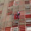 Французский городской альпинист поднялся на башню Агбар в Барселоне