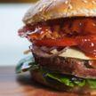 Женщина откусила кусок от гамбургера и увидела человеческий палец