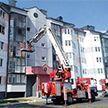Мать и трое детей были спасены пожарными из горящей квартиры в Столбцах