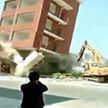 Экскаваторщик снёс шестиэтажное здание в Китае