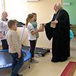 Архиепископ Гомельский и Жлобинский Стефан посетил детскую поликлинику и преподнес рождественские подарки малышам и медперсоналу