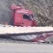 Страшная авария в Кыргызстане:  в смятой горящей фуре в горах мог умереть белорус