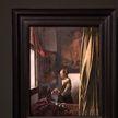 На картине Яна Вермеера «Девушка, читающая письмо у открытого окна» обнаружили скрытого «гостя»