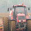 Все хозяйства Витебской области приступили к севу зерновых: погода сдерживает темпы, но техника – с утра в поле