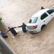 Мощное наводнения в Турции: люди выстраивались в живую цепь, чтобы удержать свои автомобили