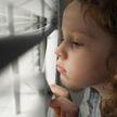 «Опасная прогулка»: 5-летняя девочка пробежалась по карнизу пятого этажа многоквартирного дома