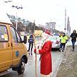 На дорогах дежурил Дед Мороз с мешком подарков: брестских водителей с Новым годом поздравили сотрудники ГАИ