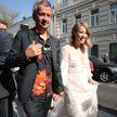 Собчак и Богомолов катаются на катафалке с гвоздиками в день своей свадьбы (ФОТО и ВИДЕО)