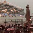 Гигантский круизный лайнер едва не врезался в кафе на побережье Италии (ВИДЕО)