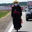 70-летний ксендз впервые в истории отправился в паломничество в Будслав на моноколесе