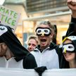 Экоактивисты устроили протест в костюмах пингвинов в аэропорту Берлина