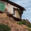 Жизнь над обрывом: половина дома рухнула с берега в Жлобинском районе