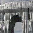 Триумфальную арку в Париже украсили серебристо-голубой драпировкой