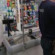 Второе разбойное нападение за сутки в Минске: в магазине двое мужчин потребовали передать им деньги из кассы, угрожая горлышком разбитой бутылки