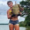 Девушка в бикини выловила огромного сома голыми руками (ФОТО)