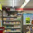 Огромный варан залез на полку с молочными продуктами в магазине  (ВИДЕО)