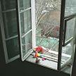 Недоглядели: трёхлетний ребёнок выпал из окна детсада в Лунинецком районе
