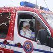 В Гродно автоколонна Дедов Морозов и Снегурочек прокатилась по городу и поздравила горожан. Как это было?