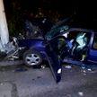 Спасателям пришлось вырезать мужчину из авто, который врезался в столб