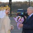 «А говорят, что мы не умеем делать ткани»: Лукашенко оценил белорусскую одежду в Витебске