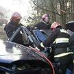 Машина врезалась в дерево в Брестском районе: водителя доставали спасатели