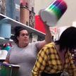 «Как она сумела показать невозмутимое лицо?»: женщина в шутку надела ведро на голову покупательницы и прославилась (ВИДЕО)