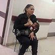Офицер полиции накормила грудью брошенного врачами малыша