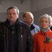 Теракт в Минском метро:  10 лет спустя – люди несут цветы к памятному знаку у станции метро «Октябрьская»