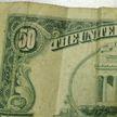 В Новополоцке пенсионерка сделала уборку и нашла доллары, но в банке деньги не приняли