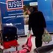 Отец тянет за капюшон куртки дочь в Вашингтонском международном аэропорту имени Далласа (ВИДЕО)