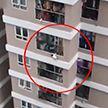 Во Вьетнаме курьер поймал упавшего с 12 этажа ребенка