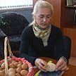 В Могилевской области курица снесла гигантское яйцо