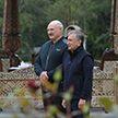 Александр Лукашенко и Шавкат Мирзиёев прогулялись по территории резиденции «Заславль» и обменялись подарками