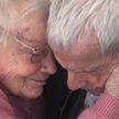 В Великобритании супруги, прожившие в браке более 60 лет, впервые встретились спустя год разлуки. Их разлучила пандемия коронавируса