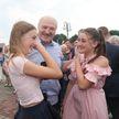 Лукашенко во время рабочей поездки в Ивьевский район пообщался с жителями райцентра и поделился впечатлениями от города