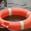 Мужчину с ребенком унесло в открытое море на надувной лодке в России
