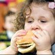 Какую из нарисованных девочек можно считать «жирной»? Мать первоклассницы возмутило домашнее задание