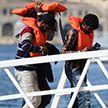 Судно с мигрантами дрейфует у берегов Италии: страны ЕС отказываются принимать беженцев