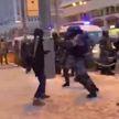 Мужчина с битой напал на сотрудников ОМОНа в Москве