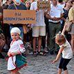 Дети на митингах: каким угрозам подвергают их родители?