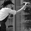 Женщина вылезла на карниз 18 этажа, чтобы протереть окно (ВИДЕО)