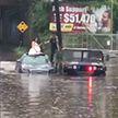 Полиция спасла молодожёнов, которые застряли на затопленной дороге (Видео)