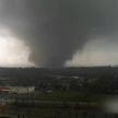 Мощный торнадо в США сметал авто и магазины (ВИДЕО)