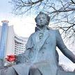 Вандалы раскрасили памятник Пушкину красной краской