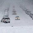 Снег засыпал дороги в США, а ветер сдувает патрульного (Видео)